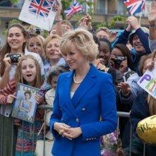 Diana: Naomi Watts sorride alla folla che la attende nei panni della principessa Diana Spencer
