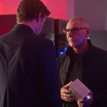Harrison Ford e Liam Hemsworth si confrontano in una scena de Il potere dei soldi