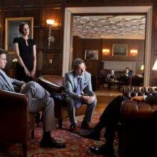 Harrison Ford in una scena Il potere dei soldi con Liam Hemsworth, Embeth Davidtz e Gary Oldman