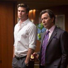 Liam Hemsworth e Gary Oldman in un'immagine del film Il potere dei soldi