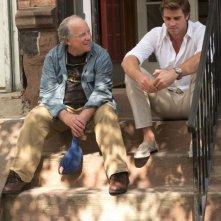 Liam Hemsworth e Richard Dreyfuss in un'immagine tratta dal film Il potere dei soldi