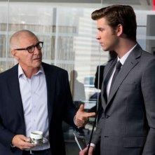 Liam Hemsworth e Harrison Ford in un'immagine tratta dal film Il potere dei soldi