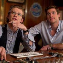 Lucas Till e Liam Hemsworth nel thriller Il potere dei soldi