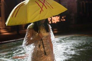 Old Boy: Elizabeth Olsen si ripara sotto un ombrello