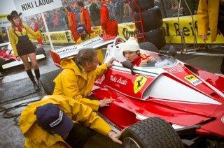 Rush: Daniel Bruhl nei panni di Niki Lauda prima della gara parla col suo team