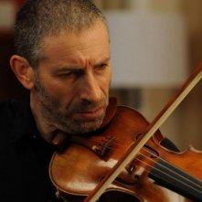 Una fragile armonia: Mark Ivanir col suo violino in una scena