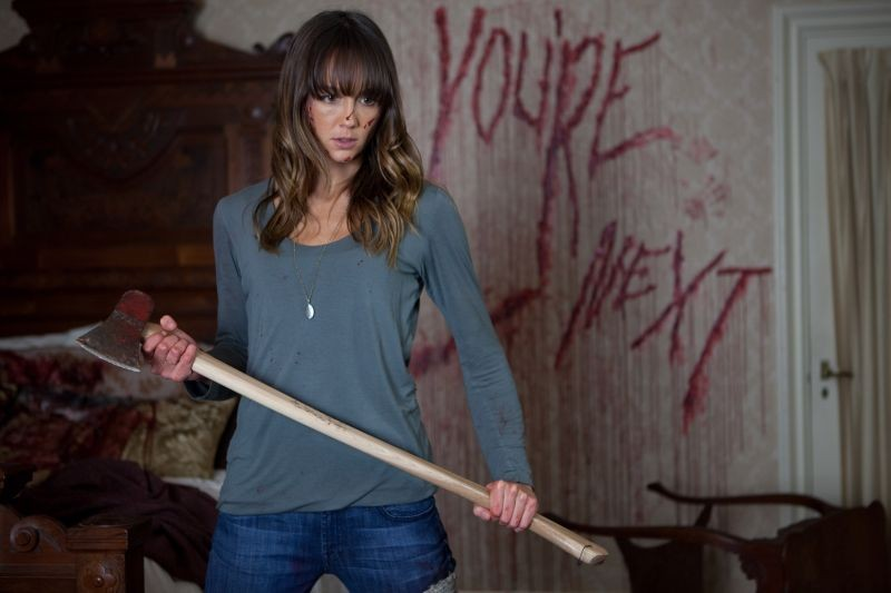 You're next: Sharni Vinson in una scena si prepara al massacro