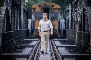 Colin Firth cammina sui binari in una drammatica immagine di The Railway Man