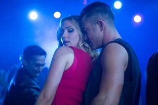 Don Jon: Scarlett Johansson e Joseph Gordon-Levitt danzano avvinghiati in discoteca