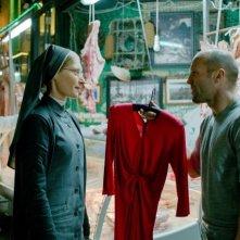 Redemption - Identità nascoste: Agata Buzek con Jason Statham in una scena