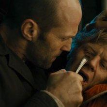 Redemption: Jason Statham minaccia Anthony Morris in una scena del film