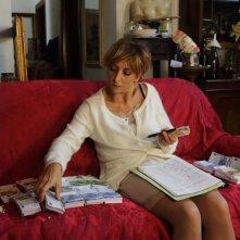 Universitari - Molto più che amici: Paola Minaccioni circondata da banconote in una scena
