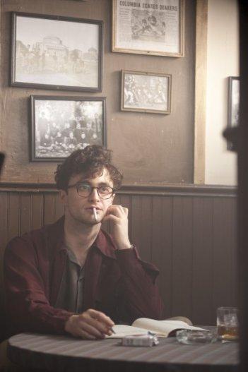 Daniel Radcliffe fuma e beve in una scena di Kill Your Darlings