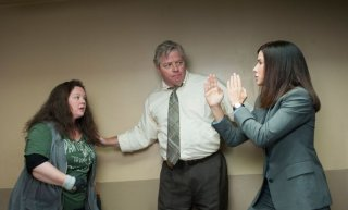 Corpi da reato: Sandra Bullock e Melissa McCarthy in una scena con Thomas F. Wilson