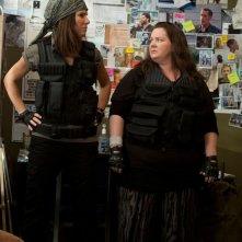 Corpi da reato: Sandra Bullock in una scena con Melissa McCarthy