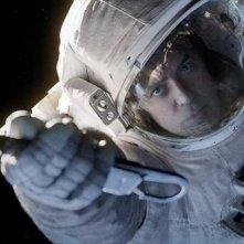Gravity: George Clooney appeso ad una corda nello spazio in una scena del film