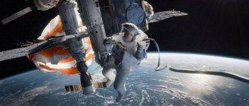 Gravity: Sandra Bullock sospesa nello spazio in una scena del film