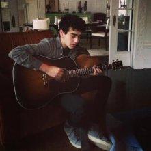 Alex Wolff suona la chitarra