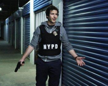 Brooklyn Nine-Nine: Andy Samberg in una scena della serie