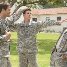 Enlisted: Geoff Stults, Chris Lowell e Parker Young in una scena della serie