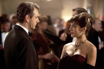 Masters of Sex: Lizzy Caplan e Michael Sheen in una scena del pilot