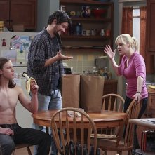 Mom: Anna Faris, Spencer Daniels e Matt Jones in una scena della serie