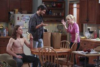 Mom: Anna Faris, Spencer Daniels e Matt Jones in una scena della serie