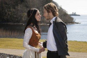 Reign: Toby Regbo ed Adelaide Kane in una scena della serie