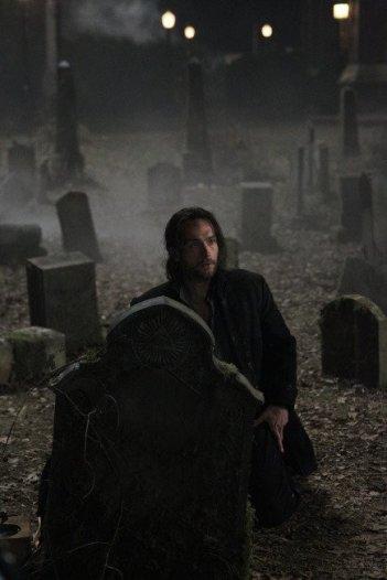 Sleepy Hollow: Tom Mison in una scena della serie