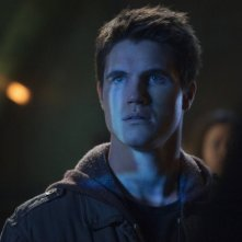 The Tomorrow People: Robbie Amell in una scena della serie