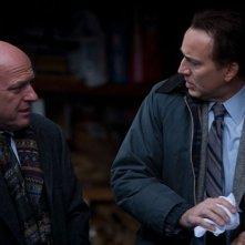 Dean Norris con Nicolas Cage in una scena del thriller Il cacciatore di donne