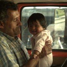 Las acacias: Germán de Silva con la piccola Nayra Calle Mamani in una scena del film