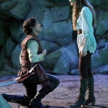 Once Upon a Time in Wonderland: Sophie Lowe e Peter Gadiot in una scena della serie