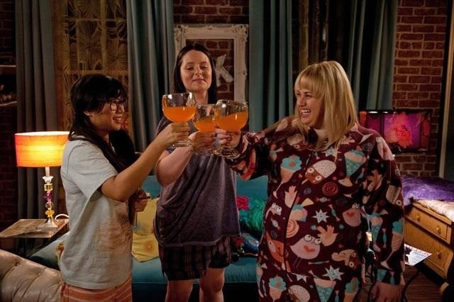 Super Fun Night: Liza Lapira, Lauren Ash e Rebel Wilson in una scena della serie