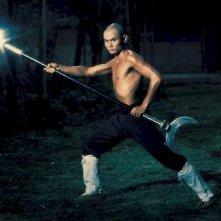 Gordon Liu in una scena del film La 36a camera dello Shaolin