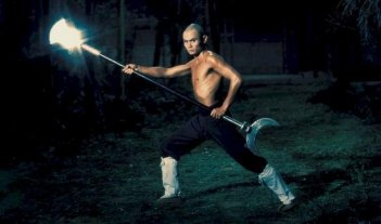Gordon Liu in una scena del film La 36a camera dello Shaolin
