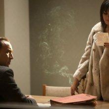 Nicolas Cage e Vanessa Hudgens in una scena de Il cacciatore di donne