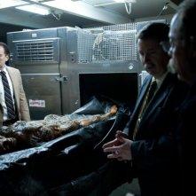 Nicolas Cage ispeziona un cadavere ne Il cacciatore di donne