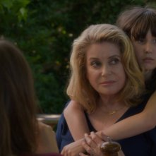 On my way: Catherine Deneuve accanto a Nemo Schiffman in una scena del film
