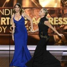 Emmy 2013: Tina Fey ed Amy Poehler durante la cerimonia di premiazione