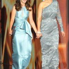 Emmy 2013: Zooey ed Emily Deschanel durante la cerimonia di premiazione