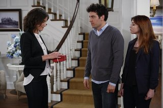 How I Met Your Mother: Alyson Hannigan, Josh Radnor e Cobie Smulders in una scena dell'episodio The Locket, premiere stagione 9