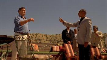 Breaking Bad: Steven Bauer e Giancarlo Esposito nell'episodio Alla salute! della quarta stagione