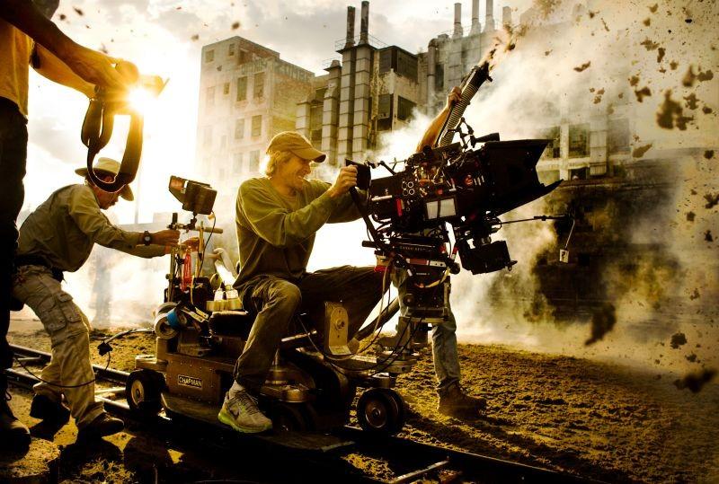 Transformers: Age of Extinction: una spettacola immagine di Michael Bay dietro la macchina da presa
