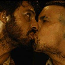 Un bacio tra Hugo Silva e Mario Casas in Las brujas de Zugarramurdi