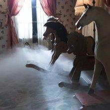 Oltre i confini del male - Insidious 2: cavallucci a dondolo in una scena dell'horror