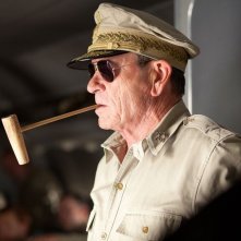 Tommy Lee Jones in una scena tratta dal film Emperor