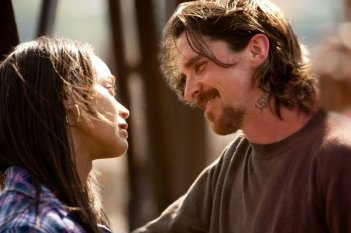 Out of the Furnace: Christian Bale e Zoe Saldana in una romantica immagine