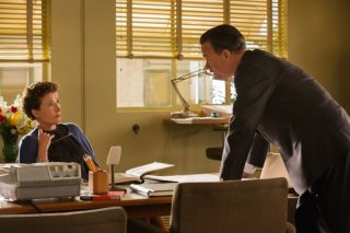 Saving Mr. Banks: Tom Hanks ed Emma Thompson discutono in una scena del film