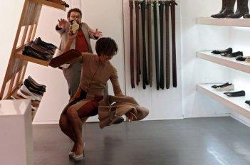 Stai lontana da me: Ambra Angiolini colpita dalla sfortuna insieme a Enrico Brignano in una scena della commedia
